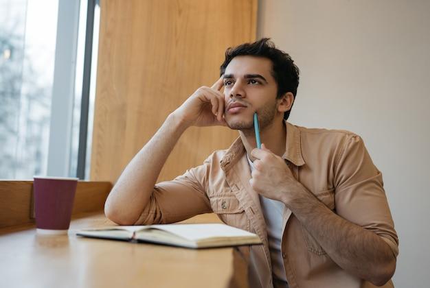 Indiano pensativo planejando começar a pensar trabalhando em casa