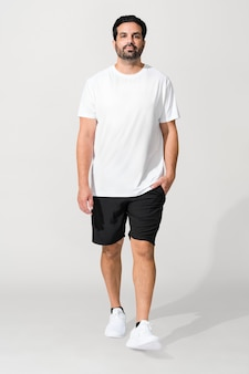 Indiano vestindo uma camiseta branca mínima