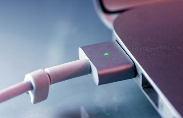 Indicador de luz verde brilhante totalmente carregado no laptop