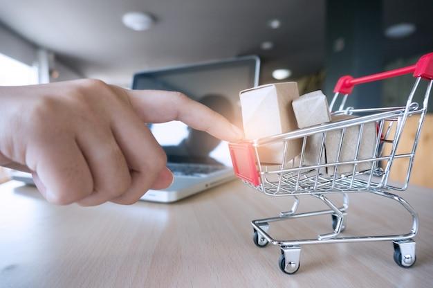 Indicador de mulher empurrando carrinho de compras pequeno com conceito de compras on-line na internet.