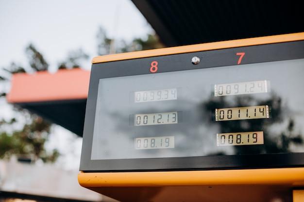 Indicador numérico eletrônico amarelo do medidor de combustível