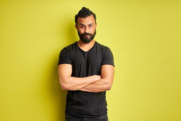 Índio árabe indiano homem cético e nervoso, expressão de desaprovação no rosto com os braços cruzados