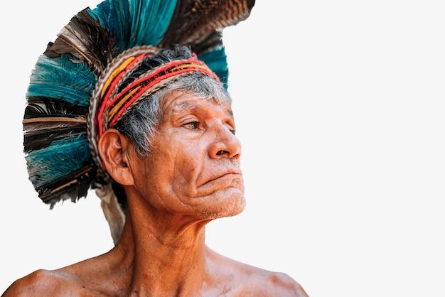 Índio da tribo patax com cocar de penas índio brasileiro idoso olhando para a direita