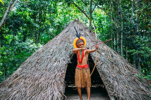 Índio da tribo pataxó usando arco e flecha