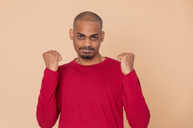 Indivíduo africano com uma camisola vermelha