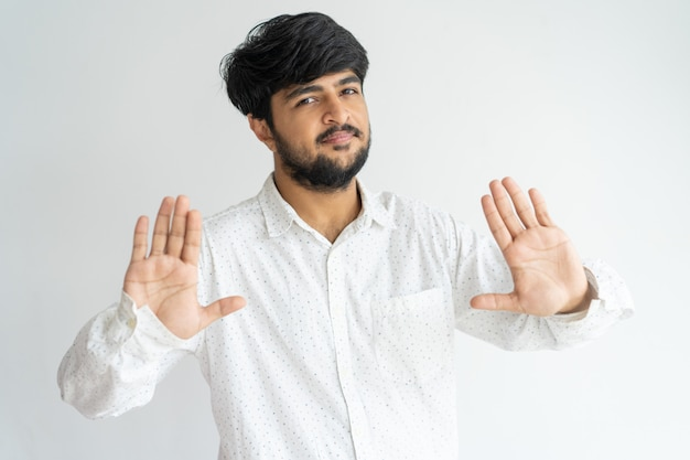 Indivíduo amigável indiano que gesticula o batente, bastante.