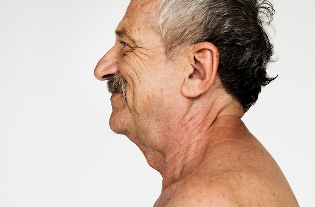 Indivíduo indiano sênior com retrato sorridente sem camisa