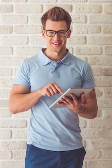 Indivíduo muscular considerável no t-shirt e em monóculos azuis.