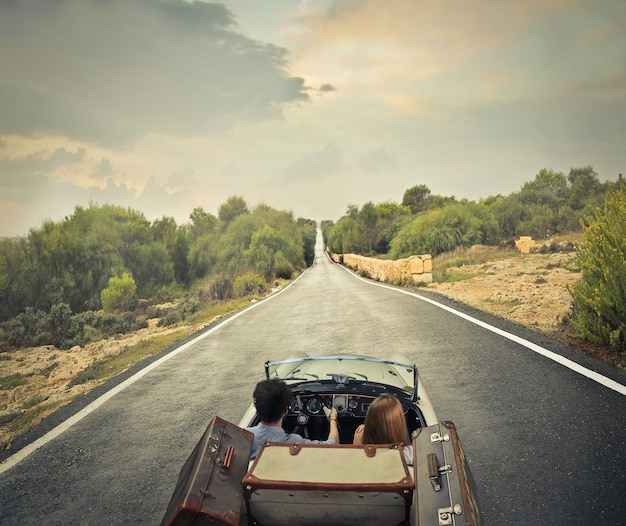 Indo em uma viagem por estrada
