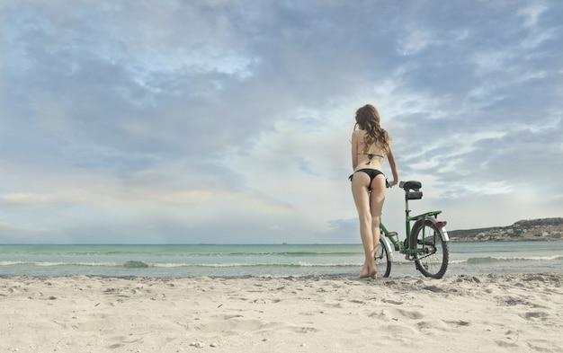 Indo para a praia de bicicleta