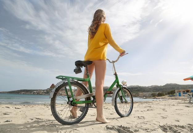 Indo para a praia em bicicleta