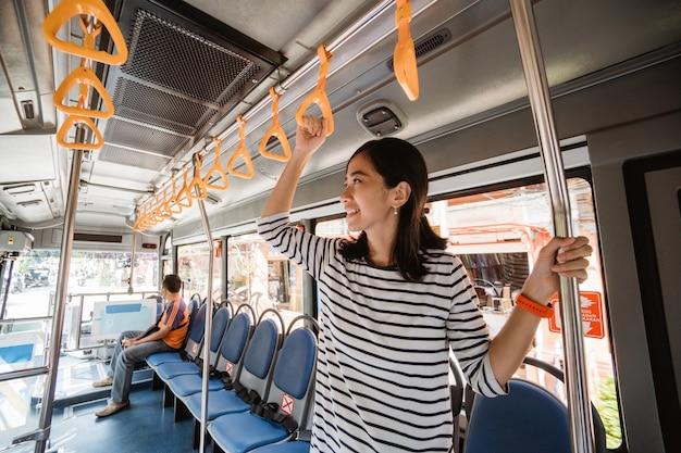 Indonésio asiático ou woaman malaio em transporte público