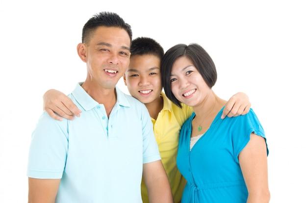 Indoor retrato da bela família asiática
