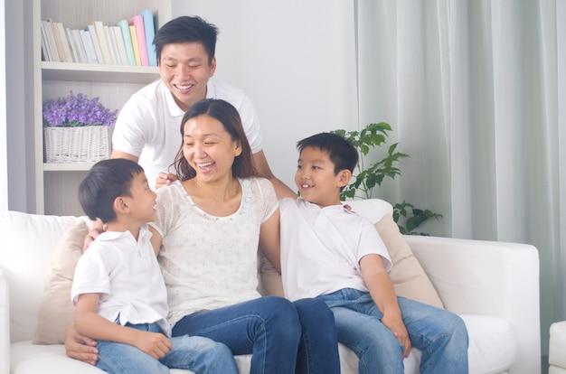 Indoor retrato da família asiática de raça mista