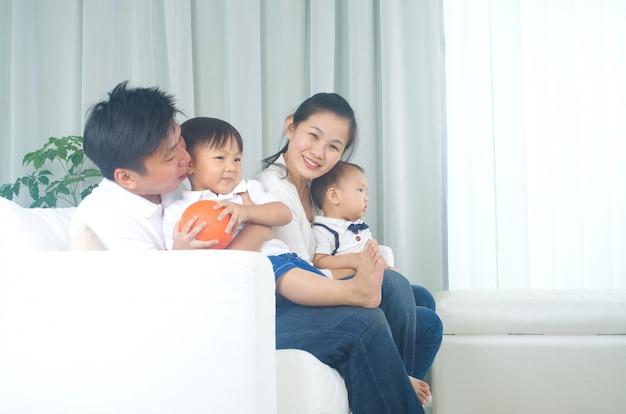 Indoor retrato da família asiática