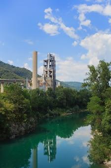 Indústria ao lado do rio