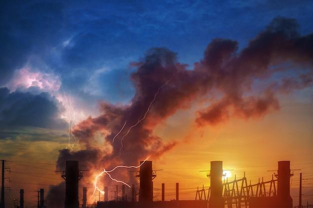 Indústria da refinaria de planta e de óleo de hemical com nascer do sol. céu dramático e relâmpago