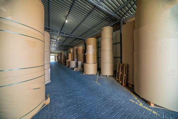 Indústria de fábrica de papel. armazenamento de impressão de produção em armazém.