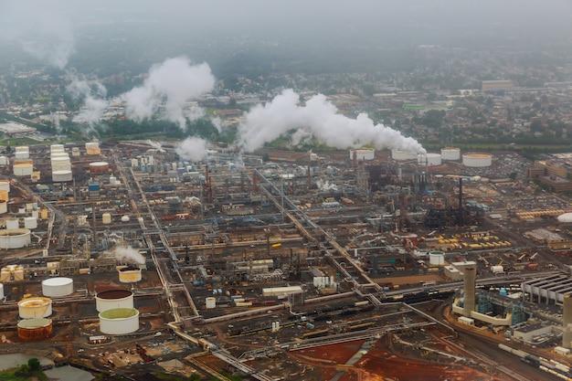 Indústria de petróleo e gás - refinaria na fábrica de fábrica crepuscular