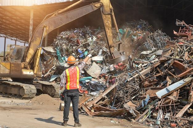Indústria de reciclagem, um trabalhador que recicla coisas no centro de reciclagem. gerente e trabalhador manual em aterro de metal