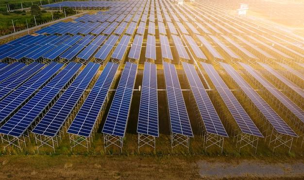 Indústria fábrica área células solares energia verde elétrica e linha de painéis solares acima vista