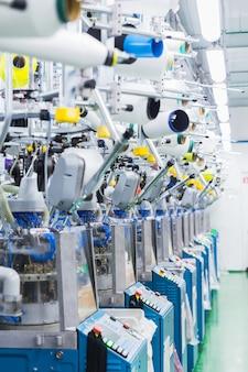 Indústria têxtil com máquinas de tricotar