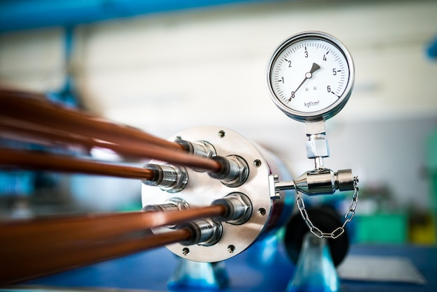 Industrial ten com regulador de temperatura está localizada na produção de grandes peças elétricas para a manufatura