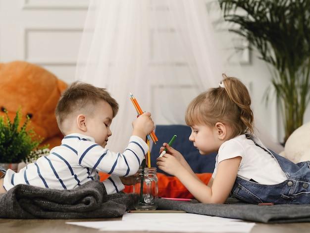 Infância. dois filhos em casa