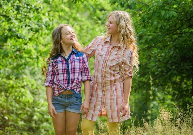 Infância feliz. abraço e conceito de amor. crianças felizes juntos fundo de natureza. amizade verdadeira. meninas sorrindo rostos felizes se abraçam. os melhores amigos das crianças das meninas se abraçam. amor e apoio da irmandade.