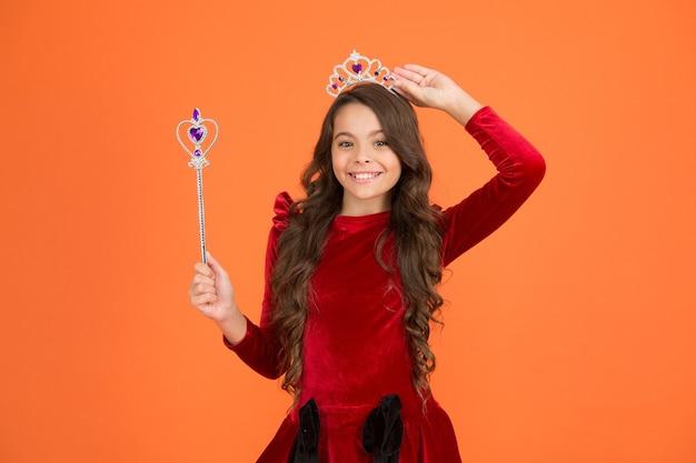 Infância feliz. feriado de halloween. transformação mágica. imagine. quer ver meu super poder. truque de mágica. conceito de bastão mágico. gracinha fazendo mágica. milagres incríveis. cabelo comprido de criança.