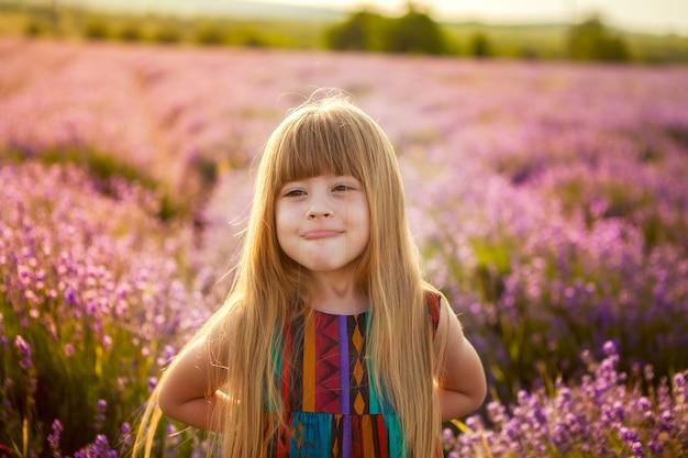 Infância feliz, garota rindo constrói rostos, brinca