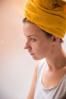 Infeliz, deprimida. mulher triste olhando a chuva caindo através de uma janela em casa ou em hotel