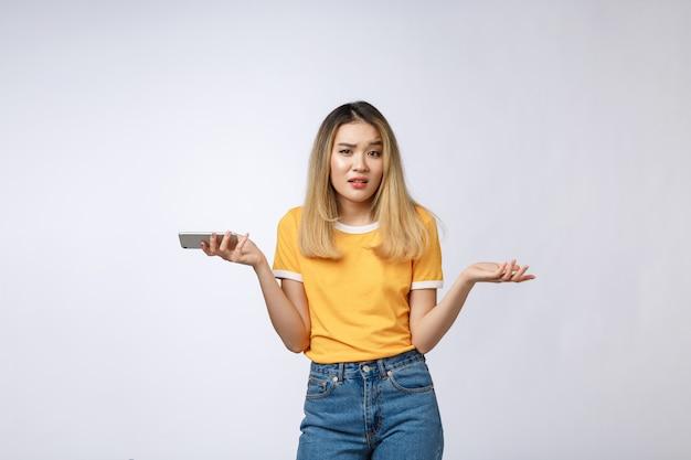 Infeliz, menina asiática, telefone, zangado, mulher asian, falando, telefone, com, dela, namorado