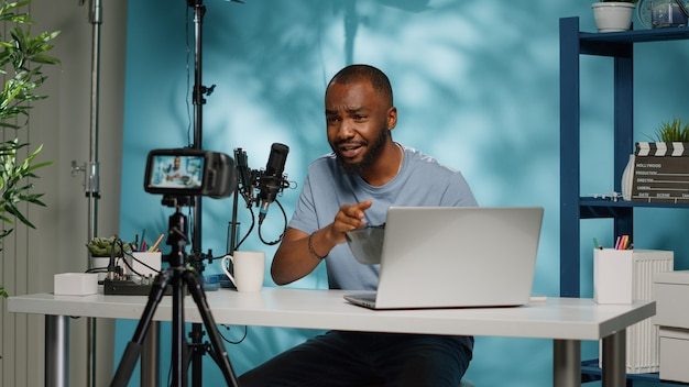 Influenciador afro-americano analisando óculos vr na câmera