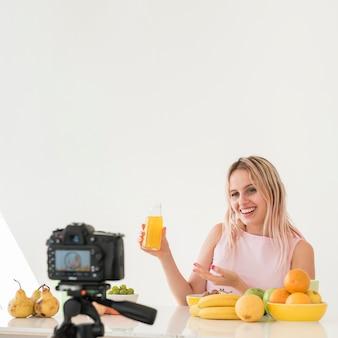 Influenciador loira gravando comida nutrição Foto gratuita
