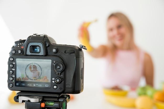 Influenciador loira gravando comida nutrição