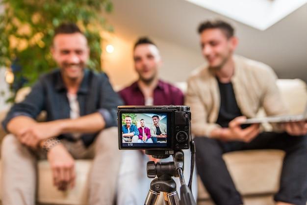 Influenciadores que fazem vlogs em casa
