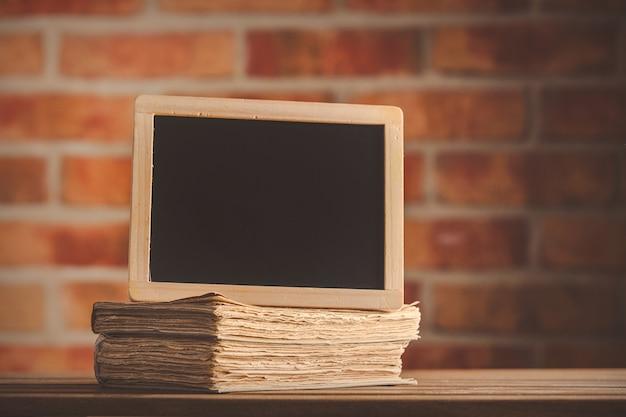 Informações dest e livros antigos na mesa de madeira