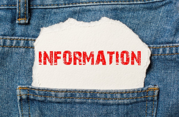 Informações em papel branco no bolso da calça jeans azul