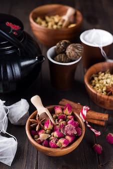 Infusão de chá floral natural à base de plantas com ingredientes secos de flores