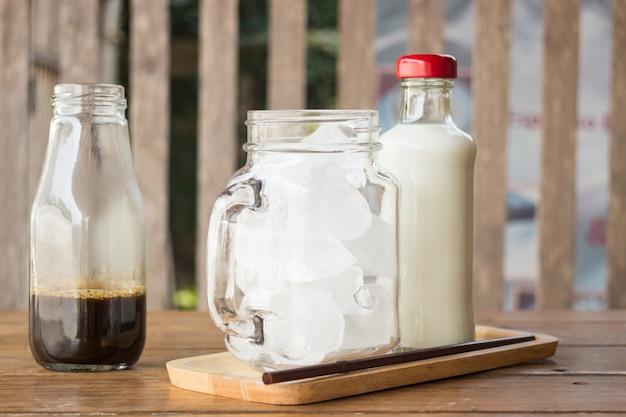 Ingrediente de café gelado caseiro na mesa de madeira