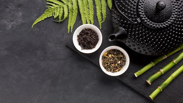 Ingrediente de chá seco e vara de bambu com folhas de samambaia