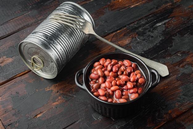 Ingrediente de comida japonesa enlatada, feijão vermelho doce, na velha mesa de madeira escura