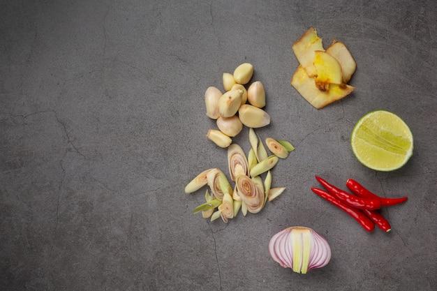 Ingrediente de cozinha fresco colocado em fundo escuro