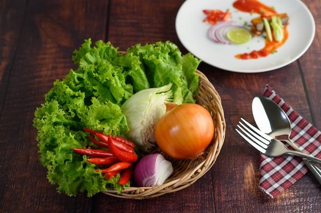 Ingrediente de cozinha na cesta de tecido e sardinha com molho de tomate