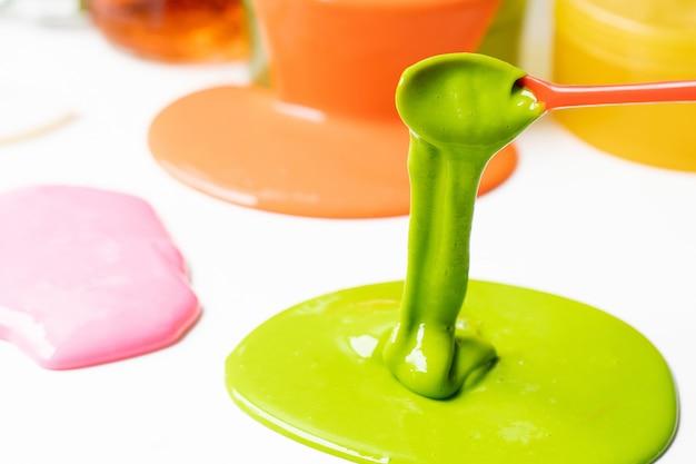 Ingrediente de lodo químico ou gosma. experimento científico brinquedo caseiro para crianças.