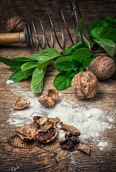 Ingrediente de nozes na preparação de massa para a sobremesa de nozes