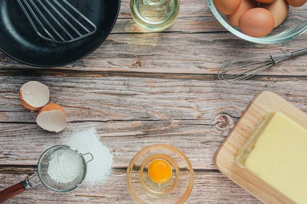 Ingrediente de panificação: farinha, ovo, leite e rolo, vista de cima