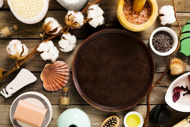 Ingrediente de spa com prato vazio