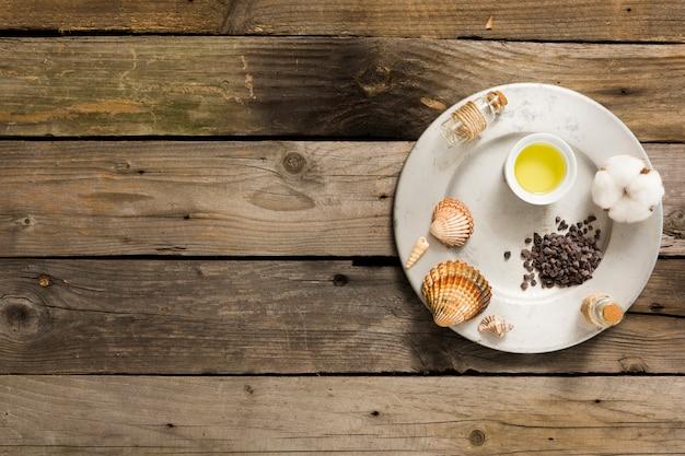 Ingrediente do spa na placa sobre a mesa de madeira